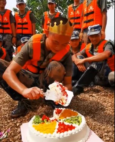 جندي صيني يحتفل بعيد ميلاده خلال مكافحته مع زملائه الفيضانات (2)
