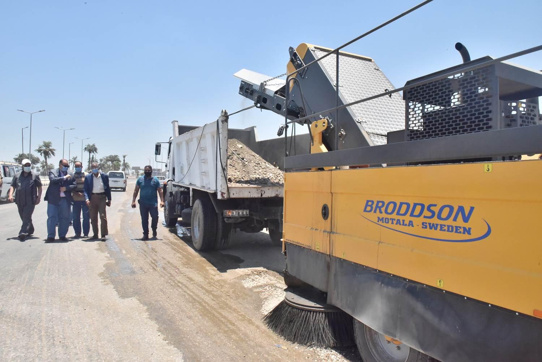 محافظ أسيوط يتفقد نظافة وشفط الأتربة على الطريق الزراعي وميدان أم البطل  (4)