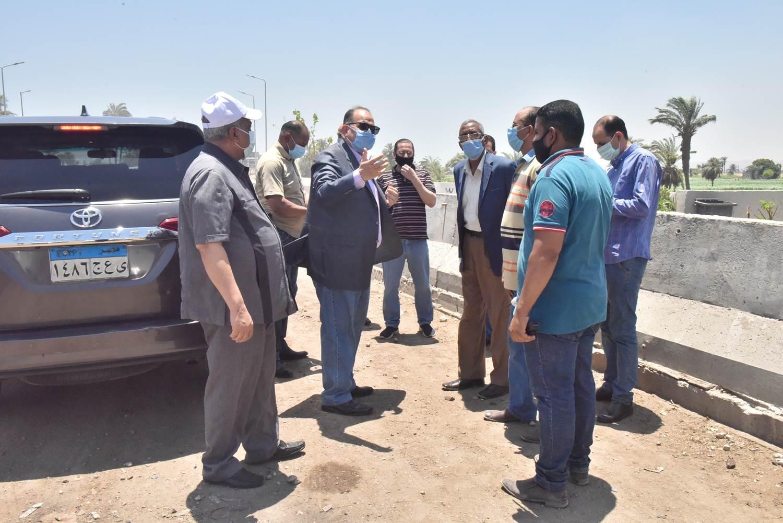محافظ أسيوط يتفقد نظافة وشفط الأتربة على الطريق الزراعي وميدان أم البطل  (2)