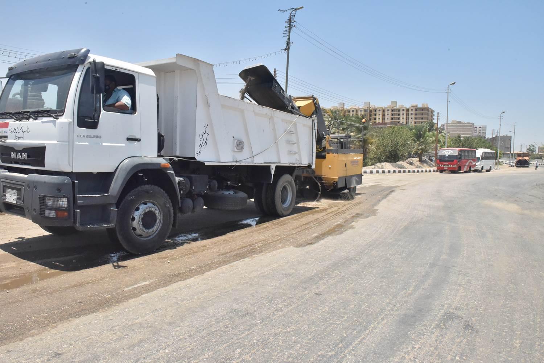 محافظ أسيوط يتفقد نظافة وشفط الأتربة على الطريق الزراعي وميدان أم البطل  (3)