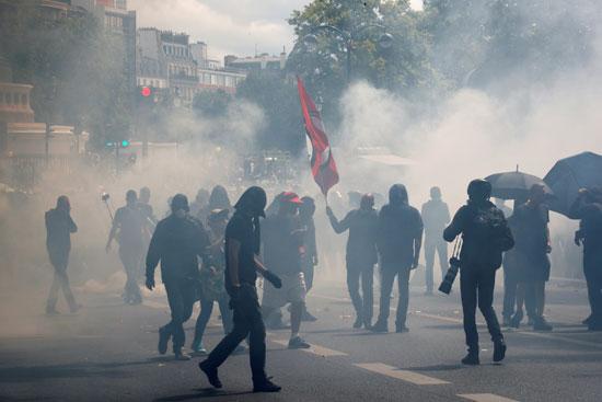 سحابة من الغاز المسيل للدموع حيث انضم مع انضمام حركة السترات الصفراء لمظاهرة عمال الصحة