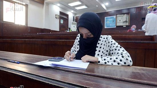 طالبة تؤدي الامتحان (5)