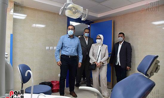 بدء زيارة أسوان ورئيس الوزراء يتفقد إحدى نقاط مشروع التأمين الصحي الشامل تصوير سليمان العطيفى (1)