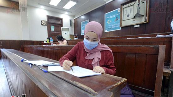 طالبة تؤدي الامتحان (6)