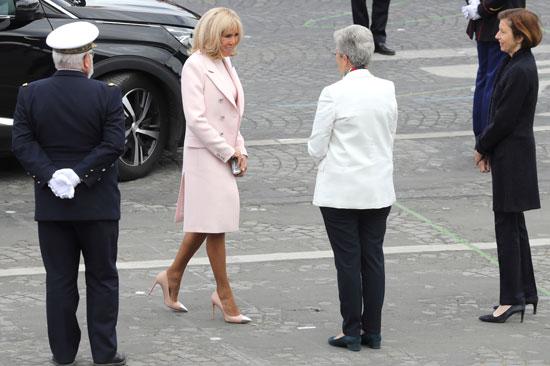 زوجة الرئيس الفرنسى تصل للمكان المخصص للعروض