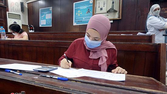 طالبة تؤدي الامتحان (7)