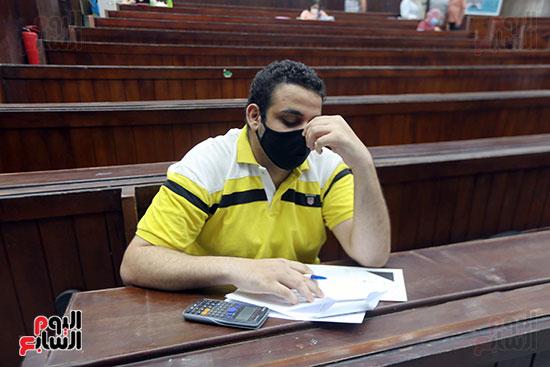 طالب يؤدي الامتحان