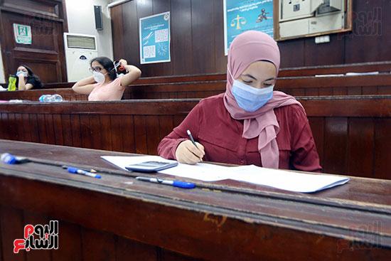 طالبة تؤدي الامتحان (3)