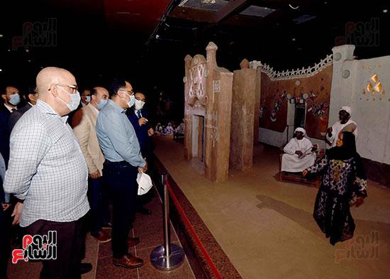 رئيس الوزراء يتجول بمتحف النوبة ويطمئن على الالتزام بالإجراءات الاحترازية تصوير سليمان العطيفى (18)