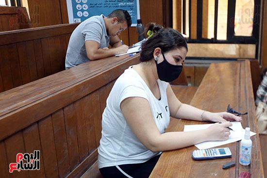 طالبة تؤدي الامتحان (1)