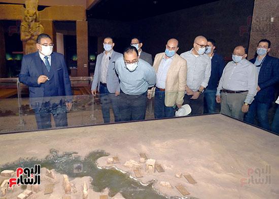 رئيس الوزراء يتجول بمتحف النوبة ويطمئن على الالتزام بالإجراءات الاحترازية تصوير سليمان العطيفى (3)