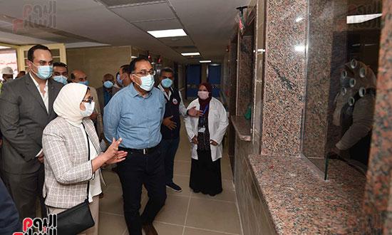 بدء زيارة أسوان ورئيس الوزراء يتفقد إحدى نقاط مشروع التأمين الصحي الشامل تصوير سليمان العطيفى (7)