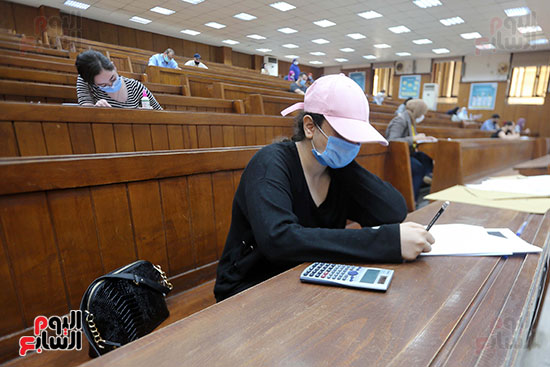 طالبة تؤدي الامتحان (2)