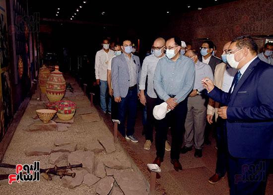 رئيس الوزراء يتجول بمتحف النوبة ويطمئن على الالتزام بالإجراءات الاحترازية تصوير سليمان العطيفى (15)