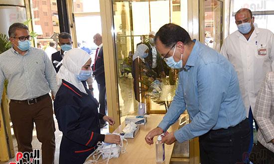 رئيس الوزراء يتفقد مستشفى أسوان بالصداقة المخصصة للعزل الصحي لمرضى _كورونا_ تصوير سليمان العطيفى (6)