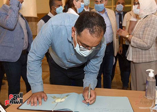 رئيس الوزراء يتفقد مستشفى أسوان بالصداقة المخصصة للعزل الصحي لمرضى _كورونا_ تصوير سليمان العطيفى (10)
