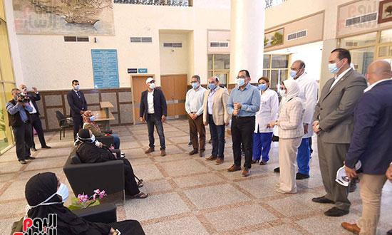 رئيس الوزراء يتفقد مستشفى أسوان بالصداقة المخصصة للعزل الصحي لمرضى _كورونا_ تصوير سليمان العطيفى (8)