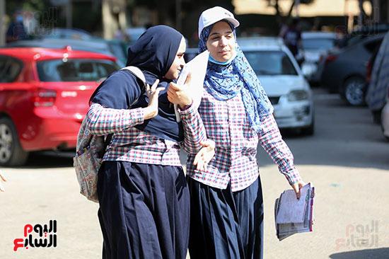 طالبات قبل دخول اللجان