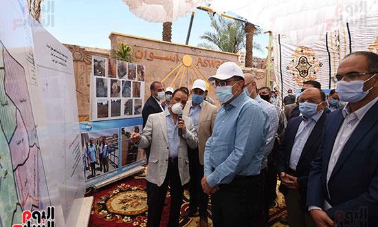 رئيس الوزراء يتفقد مشروع احلال وتجديد البنية التحتية لطريق السادات تصوير سليمان العطيفى (1)