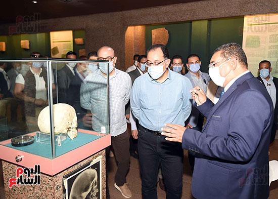 رئيس الوزراء يتجول بمتحف النوبة ويطمئن على الالتزام بالإجراءات الاحترازية تصوير سليمان العطيفى (4)