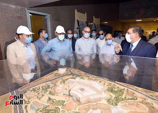 رئيس الوزراء يتجول بمتحف النوبة ويطمئن على الالتزام بالإجراءات الاحترازية تصوير سليمان العطيفى (1)