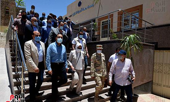 بدء زيارة أسوان ورئيس الوزراء يتفقد إحدى نقاط مشروع التأمين الصحي الشامل تصوير سليمان العطيفى (11)