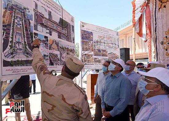 رئيس الوزراء يتفقد أعمال تطوير السوق السياحى بأسوان  (3)