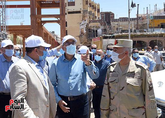 رئيس الوزراء يتفقد أعمال تطوير السوق السياحى بأسوان  (12)