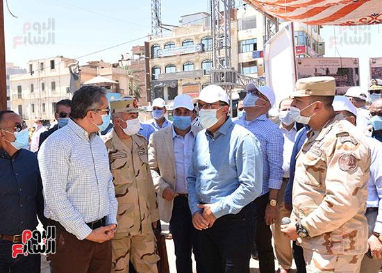 رئيس الوزراء يتفقد أعمال تطوير السوق السياحى بأسوان  (7)