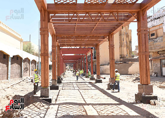رئيس الوزراء يتفقد أعمال تطوير السوق السياحى بأسوان  (6)