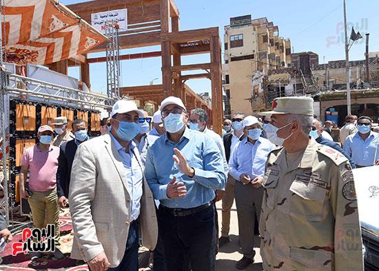 رئيس الوزراء يتفقد أعمال تطوير السوق السياحى بأسوان  (11)