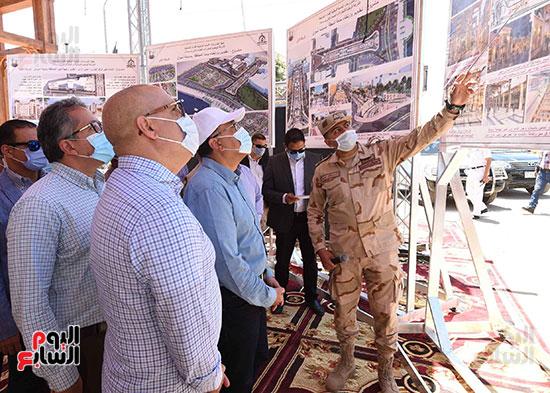 رئيس الوزراء يتفقد أعمال تطوير السوق السياحى بأسوان  (2)