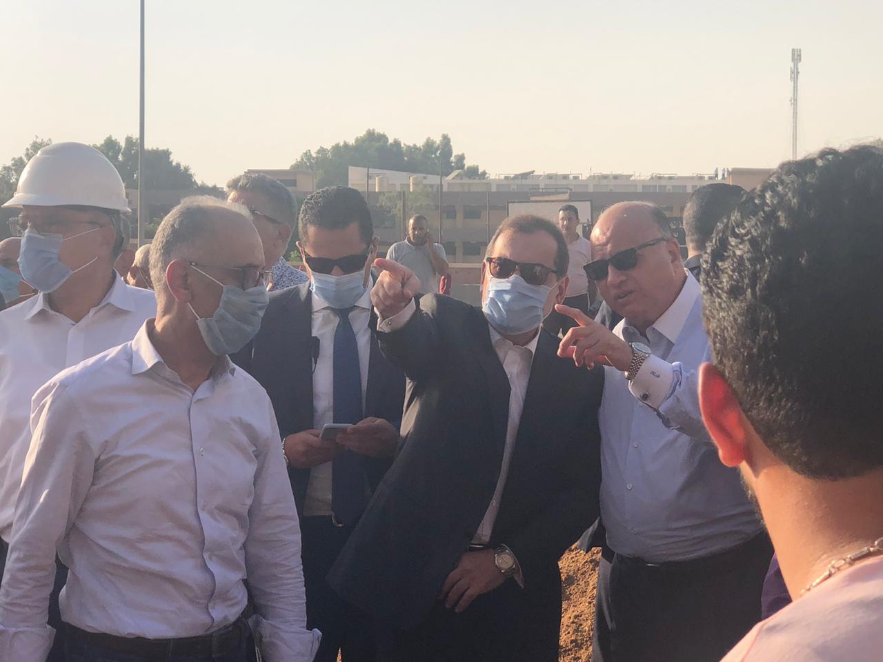 وزير البترول والثروة المعدنية خلال تفقده موقع حادث حريق خط خام شقير مسطرد