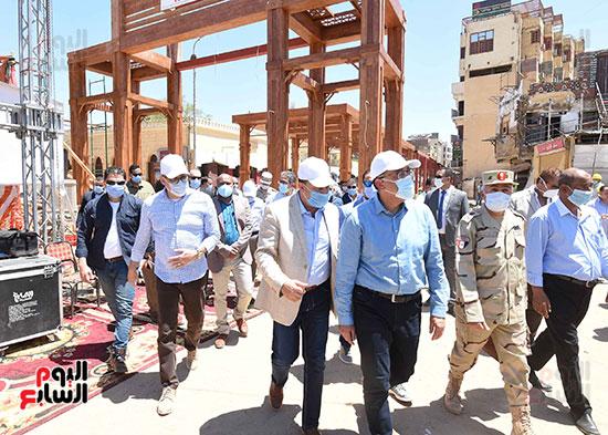 رئيس الوزراء يتفقد أعمال تطوير السوق السياحى بأسوان  (9)