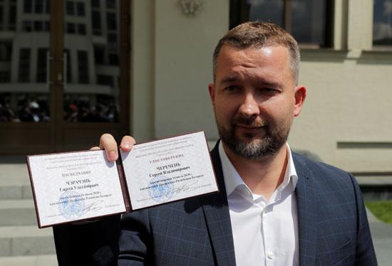 المرشح الرئاسي سيرجى تشيريشين يُظهر شهادة التسجيل
