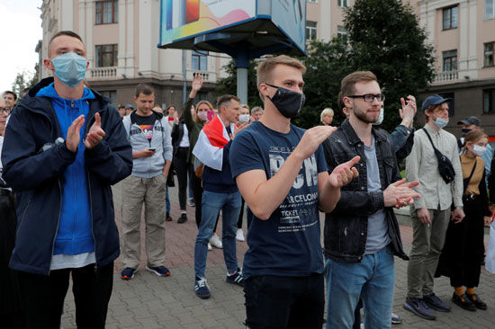 متظاهرون خلال احتجاج بعد أن رفض لجنة الانتخابات تسجيل فيكتور باباريكو وفاليري تسيبكالو