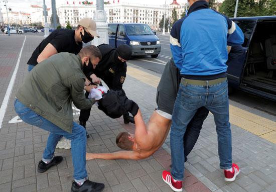 ضباط إنفاذ القانون يعتقلون مشاركًا في احتجاجات