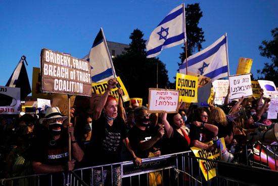 المتظاهرون يرفعون أعلام اسرائيل