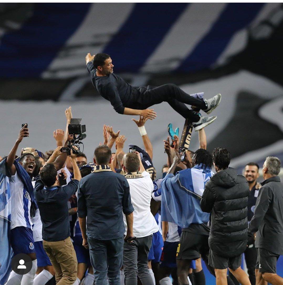لاعبو بورتو يحملون مدرب الفريق إحتفالاً بلقب الدوري