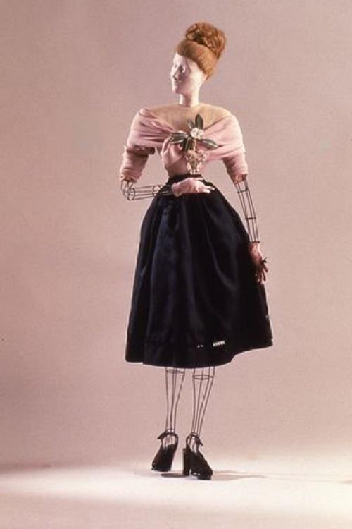 فستان Lucien Lelong من المحتمل أن يكون قد صممه كريستيان ديور.