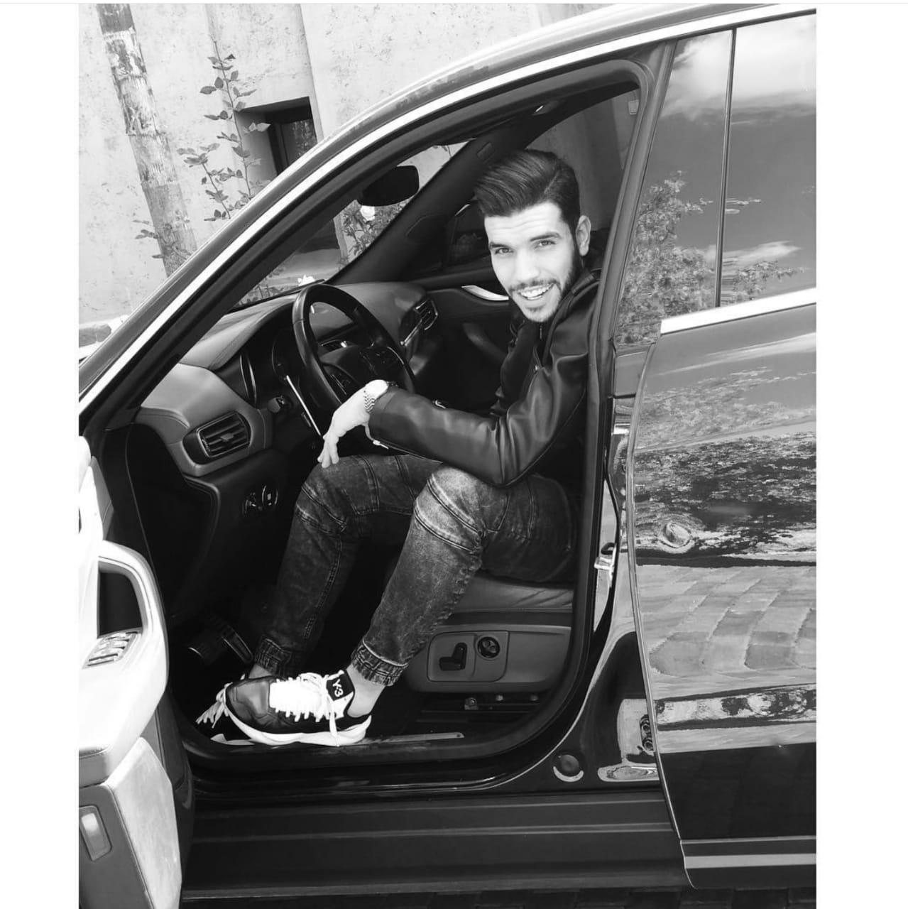 أزارو فى سيارته