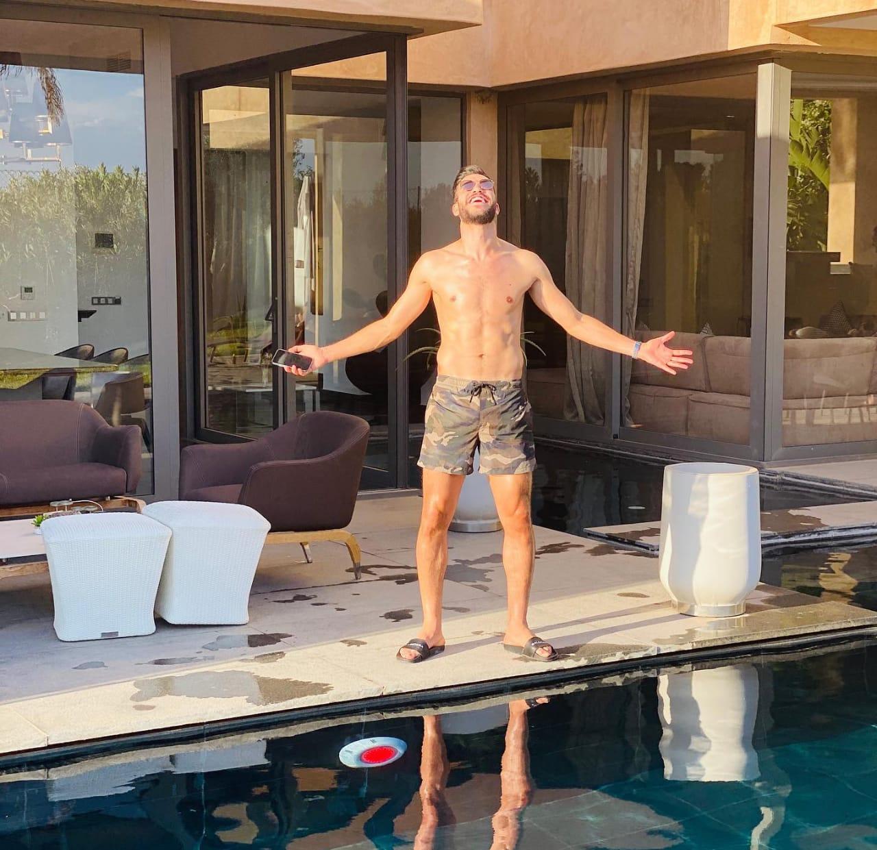 وليد أزارو على حمام السباحة