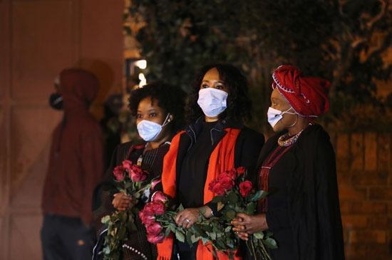 يُنظر إلى المشيعين على أنهم موكب الجنازة الذي يحمل جثة زيندزي مانديلا