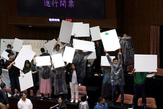 لافتات احتجاجية ضد الفساد
