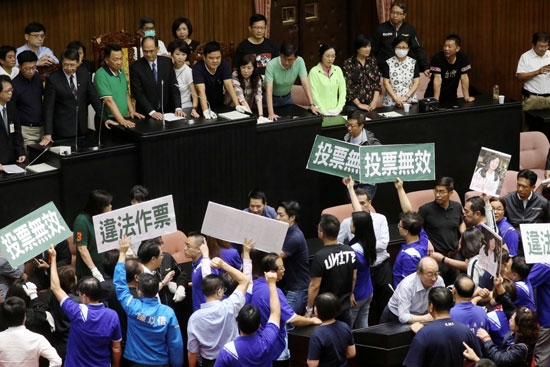 أعضاء الحزب القومى الصينى يرفعون لافتات احتجاجيه