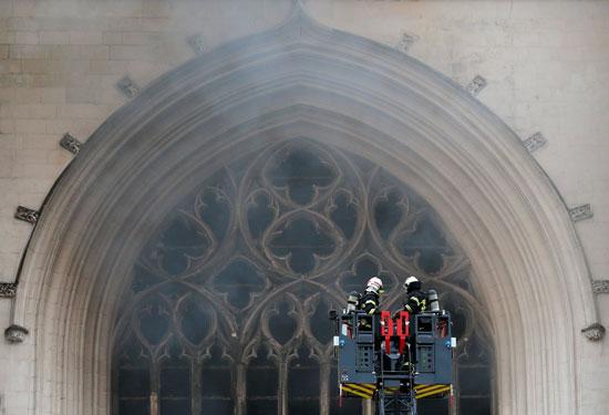 محاولات رجال الإطفاء السيطرة على الحريق
