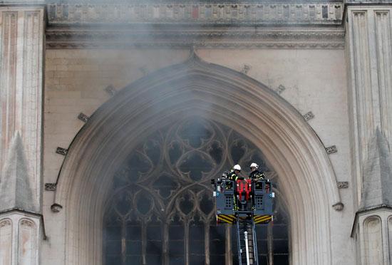 محاولة رجال الإطفاء السيطرة على حريق الكاتدرائية