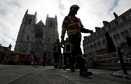 وصول رجال الإطفاء إلى مبنى الكاتدرانئية