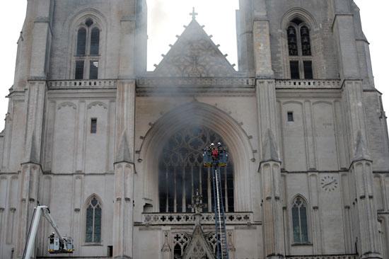 تصاعد أعمدة الدخان من داخل الكاتدرائية