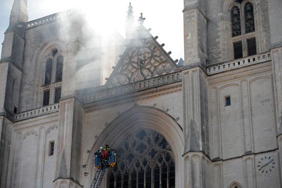 رجال الإطفاء يحاولون السيطرة على حريق الكاتدرائية